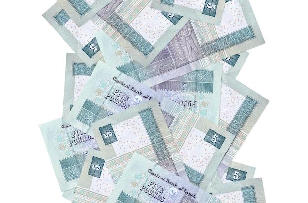 5 egyptische pondbiljetten vliegen geïsoleerd naar beneden. veel bankbiljetten vallen met witte kopie ruimte aan de linker- en rechterkant