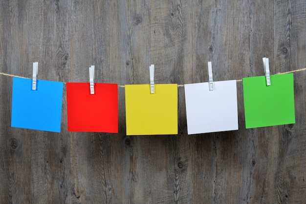 5 gekleurde post-it hangend