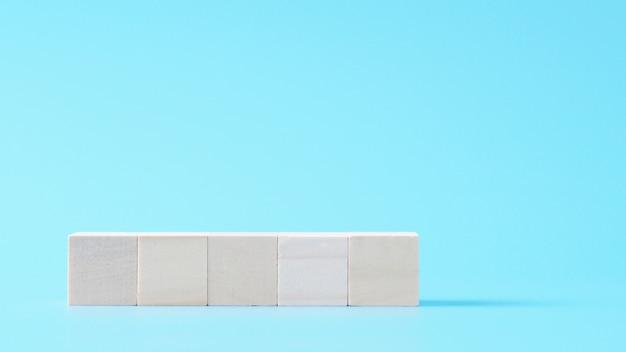 5 lege houten kubusspot omhoog in horizontale vorm op geïsoleerde achtergrond met exemplaarruimte