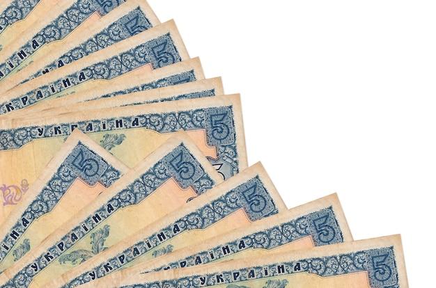 5 oekraïense hryvnias rekeningen liggen geïsoleerd op een witte muur met kopie ruimte gestapeld in ventilator close-up. payday-tijdconcept of financiële verrichtingen