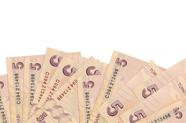 5 turkse lira's rekeningen liggen aan de onderkant van geïsoleerde schermachtergrond met kopie ruimte.