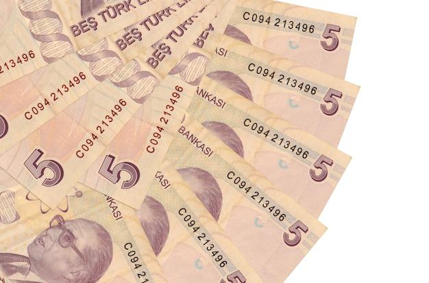5 turkse lira's rekeningen liggen geïsoleerd gestapeld in waaiervorm close-up. financiële transacties concept