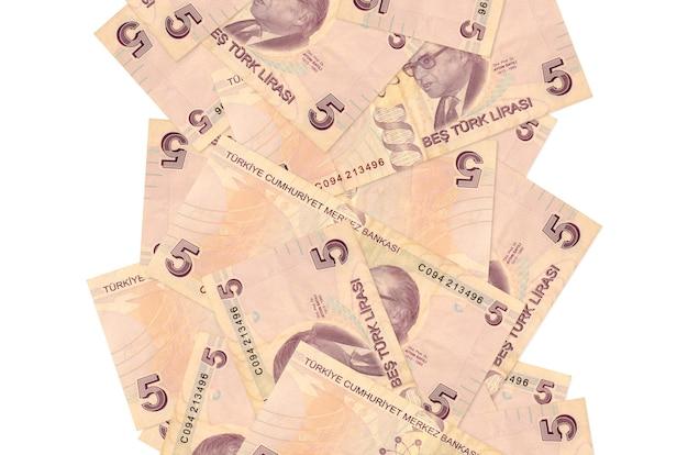 5 turkse lirarekeningen die geïsoleerd naar beneden vliegen. veel bankbiljetten vallen met witte kopie ruimte aan de linker- en rechterkant