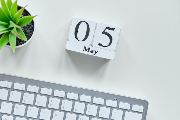 5 vijfde maand maand kalender concept op houten blokken.