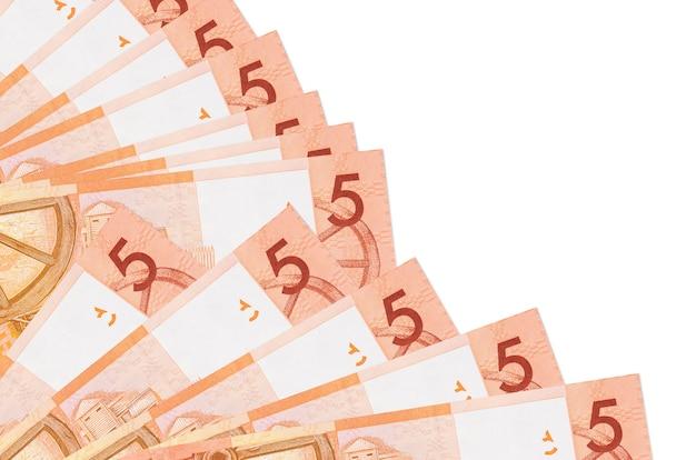 5 wit-russische roebels rekeningen liggen geïsoleerd gestapeld in ventilator close-up. payday-tijdconcept of financiële verrichtingen