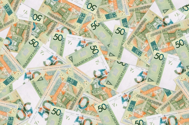 50 rekeningen van wit-russische roebels liggen op een grote stapel