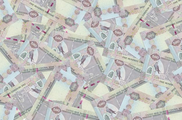 500 dirham-rekeningen van de vae liggen op een grote stapel