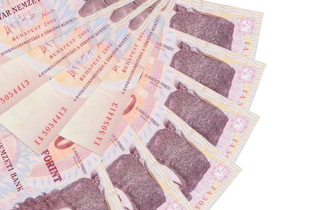 500 hongaarse forintbiljetten liggen geïsoleerd gestapeld in waaiervorm close-up. financiële transacties concept