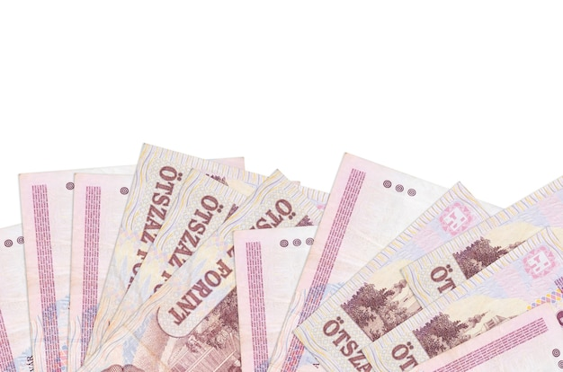 500 hongaarse forintbiljetten liggen geïsoleerd op de onderkant van het scherm. achtergrondbannermalplaatje voor bedrijfsconcepten met geld