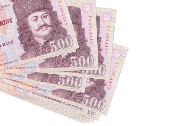 500 hongaarse forintbiljetten liggen in een klein bosje of pakje dat op wit wordt geïsoleerd