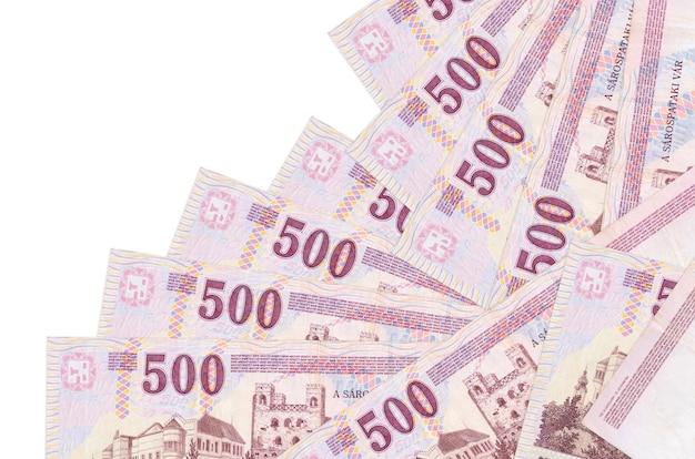500 hongaarse forintbiljetten liggen in verschillende geïsoleerde volgorde. lokaal bankwezen of geld verdienen concept.