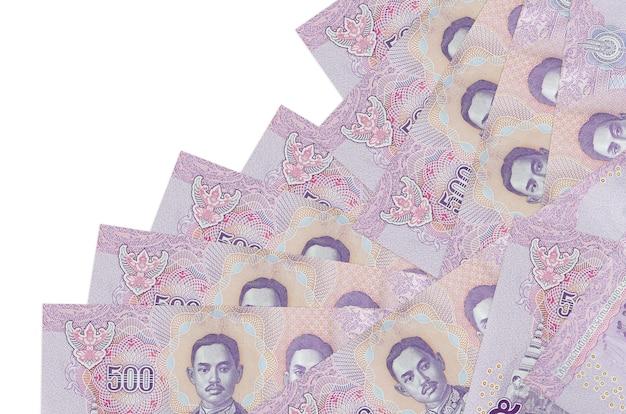 500 thaise baht-rekeningen liggen in verschillende volgorde op wit wordt geïsoleerd