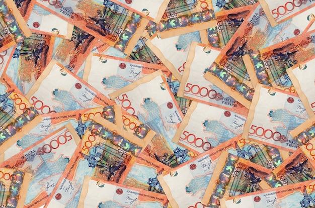 5000 kazachstaanse bankbiljetten liggen op een grote stapel. rijke leven conceptuele achtergrond. veel geld