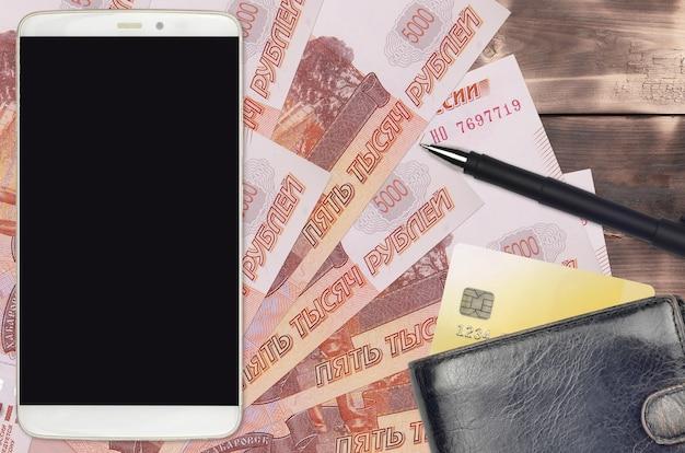 5000 russische roebelsrekeningen en smartphone met portemonnee en creditcard.