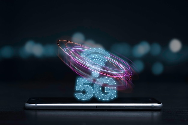5g en internet of things of iot-concept, 5g en internetteken met virtueel effect op smartphone. iot is geavanceerde technologie die elk apparaat zal verbinden en bedienen via 5g supersnel internet.