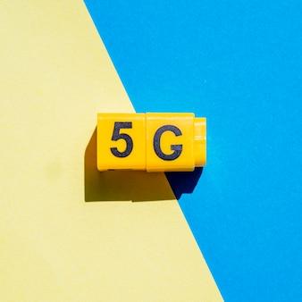 5g onverwachte kubussen op tweekleurige achtergrond