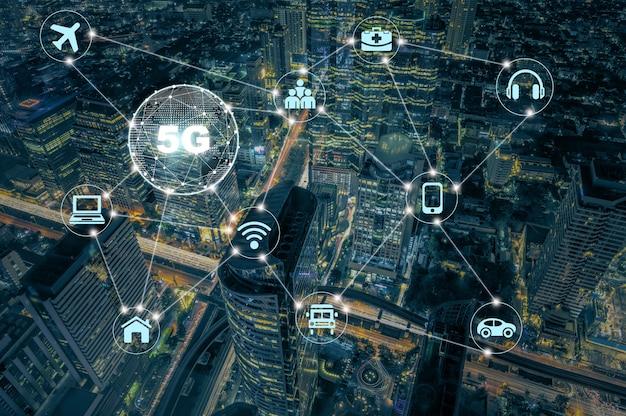 5g-technologie met verschillende icon internet of thing over bovenaanzicht van modern gebouw met verkeersopstopping