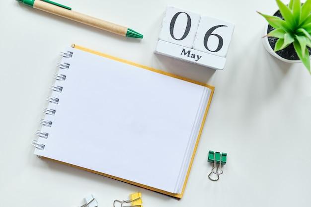 6 zesde maand maand kalender concept op houten blokken met kopie ruimte.