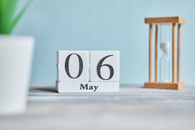 6 zesde maand maand kalender concept op houten blokken.