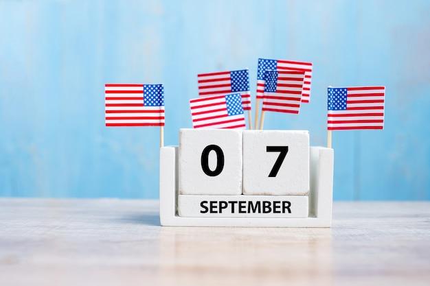 7 september van witte kalender met vlag van de verenigde staten van amerika op hout achtergrond.