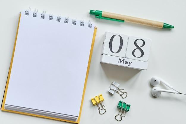 8 achtste mei maand kalender concept op houten blokken met kopie ruimte.