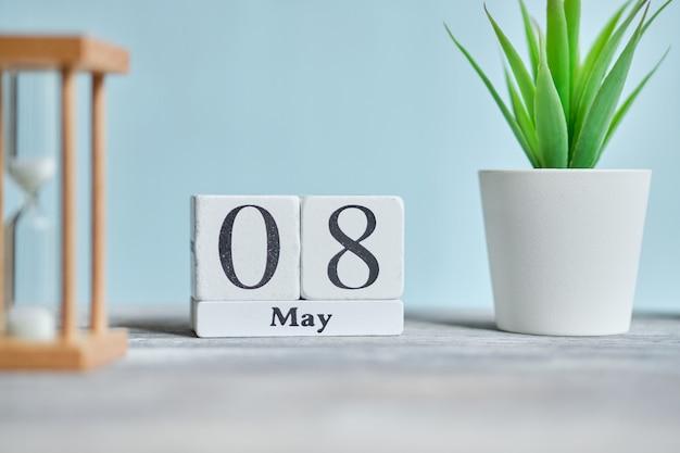8 achtste mei maand kalender concept op houten blokken.