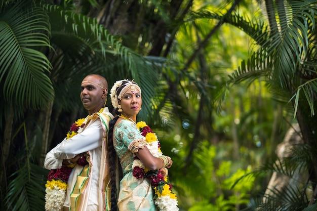 8 december 2019.mauritius. de bruid en bruidegom in nationale mauritiaanse outfits in de botanische tuin op het eiland mauritius