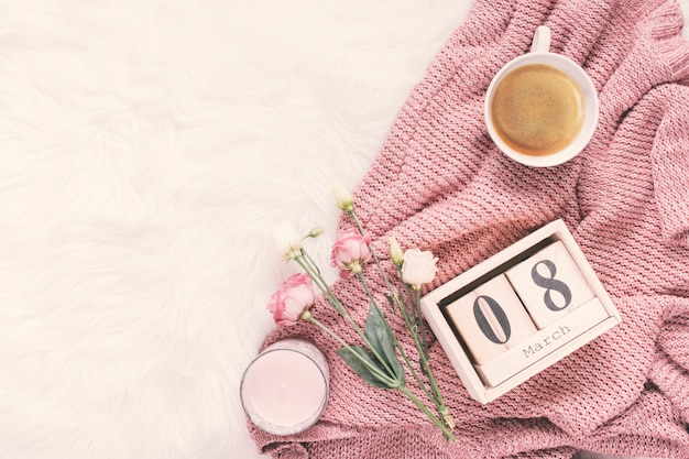 8 maart inscriptie met roze bloemen en koffie