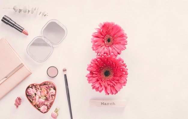 8 maart inscriptie van gerberabloemen met cosmetica op tafel