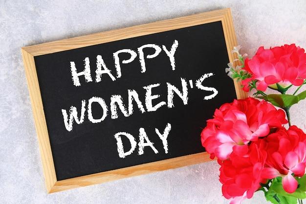 8 maart, internationale vrouwendag. krijtbord met roze bloemen.