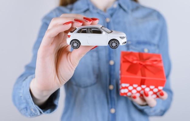 8 maart valentijn binnen win winnaar loterij geluk verlangen auto geven idee vriendin krijgen geven echte mensen persoon geluk concept. bijgesneden kant close-up foto armen openen doos met auto geïsoleerd