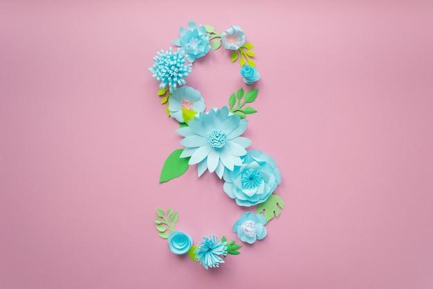8 maart vrouwendag-kaart met blauwe papieren bloemen