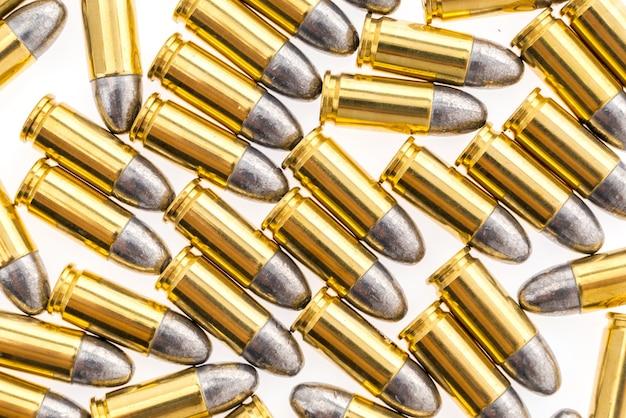 9mm kogel voor pistool op een witte achtergrond