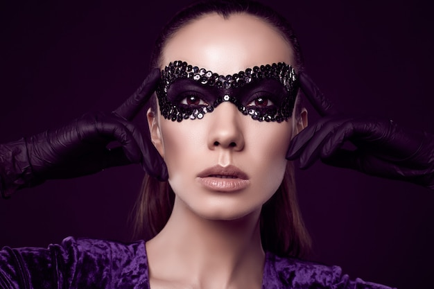 à ¢ €⠄¢ schadelijke elegante brunette vrouw in paillettenmasker en handschoenen