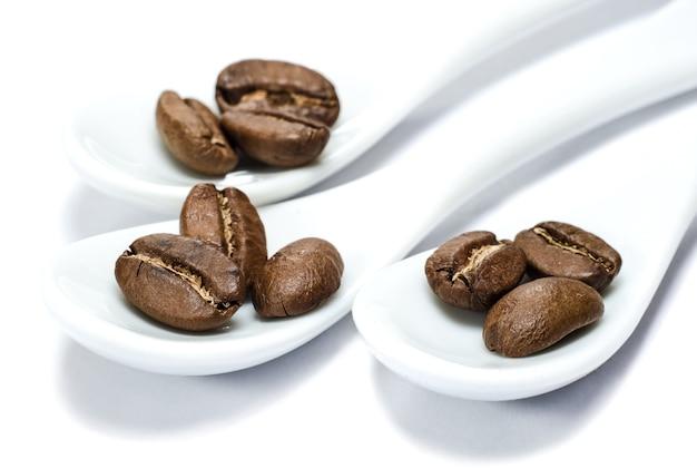 à â¡koffiebonen in porseleinen lepels