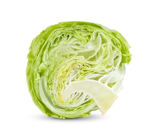 ââ€â‹snijd groene ijsbergsla op witte achtergrond