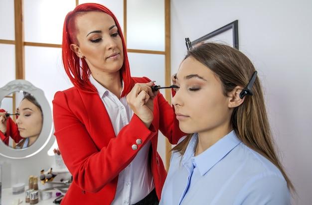 A een mascara op haar wimpers aanbrengen
