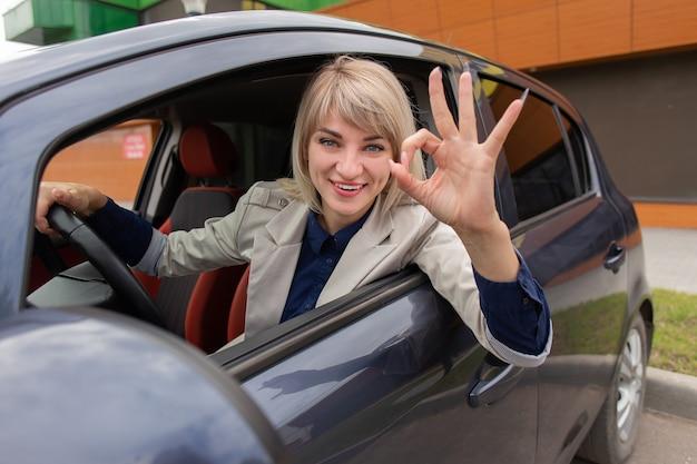 A gebaren in de auto van een mooie brunette
