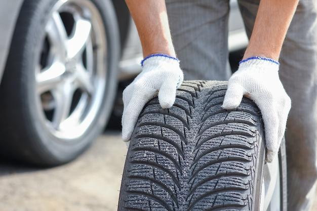 A na een pechgeval verandert iemand een wiel van een auto