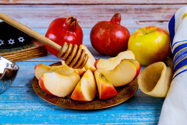 A neemt een met honing voor de appelschijf en granaatappelvakantie van rosh ha shana