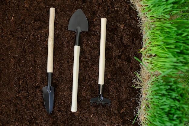 A schoppen en harken op de grond, voorbereiding voor het planten van het gewas. dag van de aarde. planeet aarde.