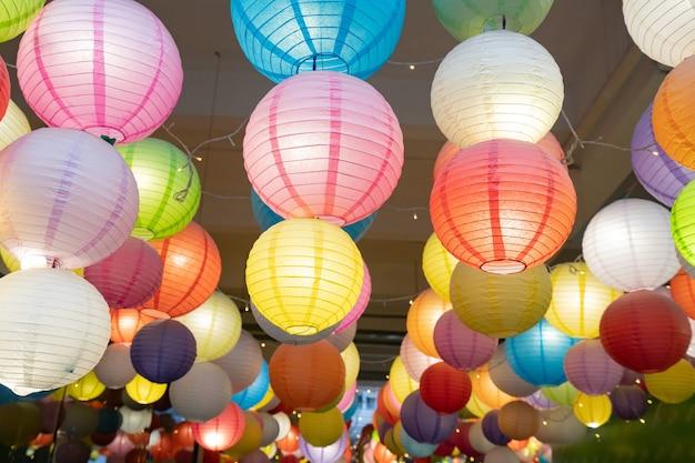 Aan de muur hangen kleurrijke lantaarns