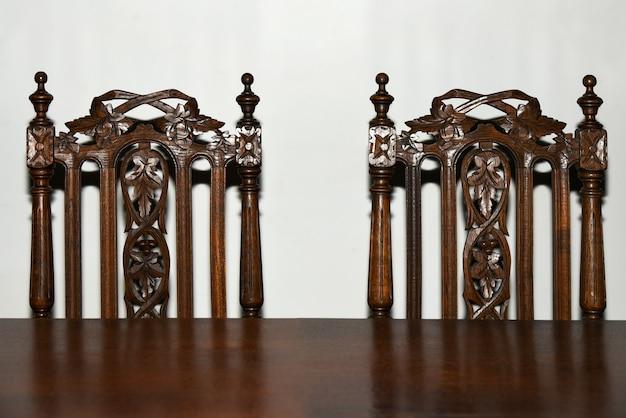 Aan de tafel staan twee retro stoelen.