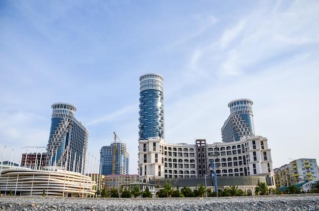 Aan de zwarte zee kust van moderne gebouwen opengesteld voor het publiek.