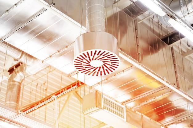 Aan- en afvoerventilatiesysteem aan het plafond van een commerciële ruimte of magazijn