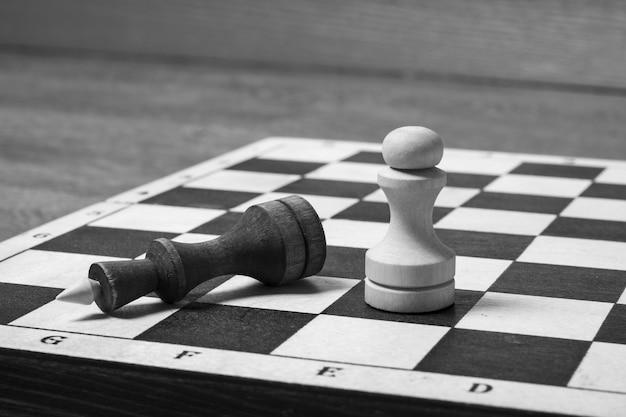 Aan het einde van het schaakspel versloeg de witte pion de donkere koningin