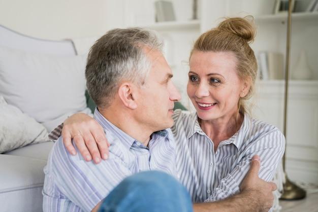 Aanbiddelijk bejaard paar dat elkaar bekijkt
