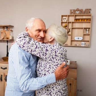 Aanbiddelijk bejaard paar dat elkaar koestert