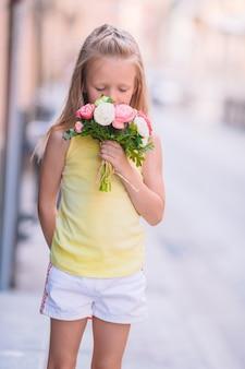 Aanbiddelijk boeket van de meisje ruikend bloem