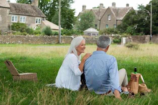 Aanbiddelijk hoger paar dat in openlucht een picknick heeft